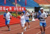图文:奥运圣火在广西桂林传递 韩瑜手持火炬