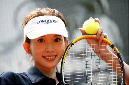 美女头戴网球帽