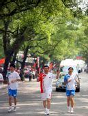 图文:圣火在广西桂林传递 火炬手吕会民