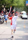 图文:圣火在广西桂林传递 火炬手谢星文