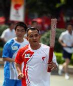 图文:圣火在广西桂林传递 火炬手王利手