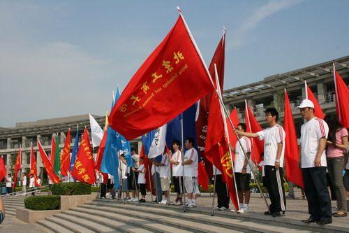 现场 旗帜/图文:奥运全民跑步活动启动现场学生持旗肃立