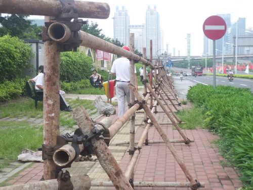 南宁市正在搭建观看圣火防护栏
