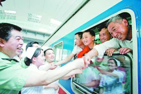 图为列车启动前,他们与武汉的亲人依依惜别时场景。记者傅克强通讯员孟宪琳摄