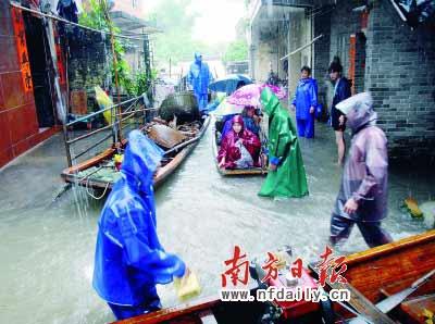 昨日,阳江市阳东县那龙镇金鸡园村的受灾群众紧急转移。新华社发