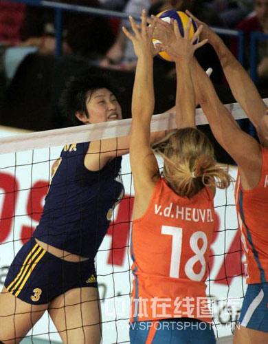 图文:瑞士赛中国女排3-0荷兰 杨昊遭对方拦网
