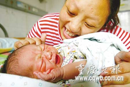 李燕抱着孩子进展丈夫能回到身边 记者 杨帆 摄