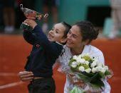 图文:西班牙组合女双问鼎 帕斯奎尔儿子举奖杯
