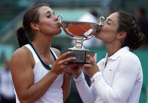 图文:西班牙组合女双问鼎 金牌组合亲吻奖杯