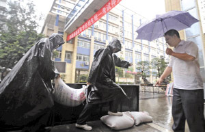 昨日,番禺区仲元中学几名保安冒着大雨进行防水浸演习。时报记者 朱元斌 摄