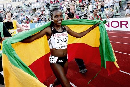 迪巴巴身披国旗庆祝