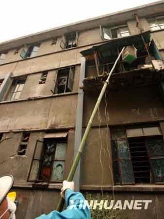 5月18日,四川绵竹市一栋危险建筑里的小鸟被救出。 新华社记者 高学余 摄