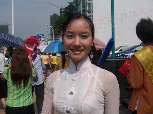 越南美女起跑现场迎圣火