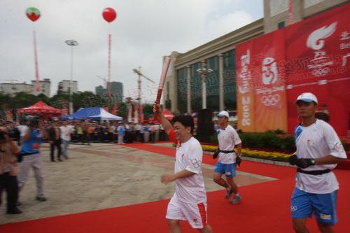 奥运举重冠军吴数德跑出首棒