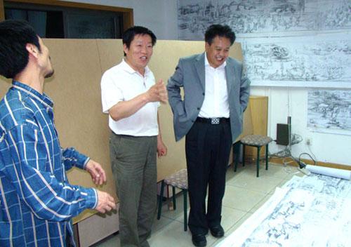 赵会长听取组委会秘书长刘军(中)的汇报后,欣慰地笑了