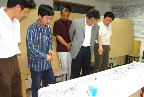 赵会长与画家们探讨画作的核心问题