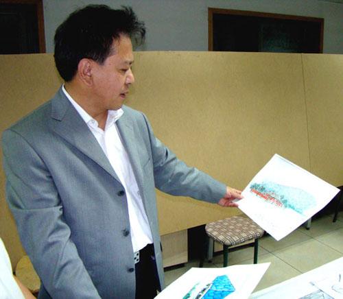 中国社会工作协会副会长兼秘书长赵蓬奇审阅手绘奥运贺卡设计稿