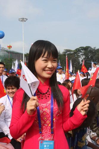 8--为奥运火炬加油的越南女孩