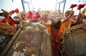 图文:奥运圣火在广西南宁传递 壮族鼓手加油