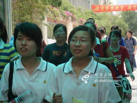 上海高考作文以他们为题女生未写完流泪出考场
