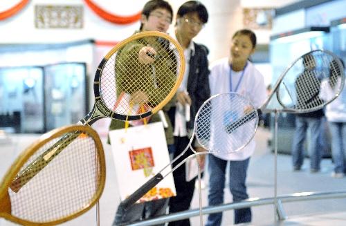 图文:百年奥运珍品巡展走进昆明 各时期网球拍