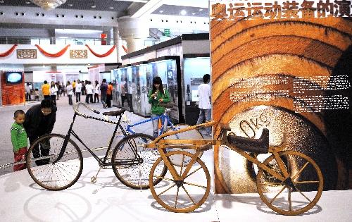图文:珍品巡展走进昆明 各时期自行车比赛用车