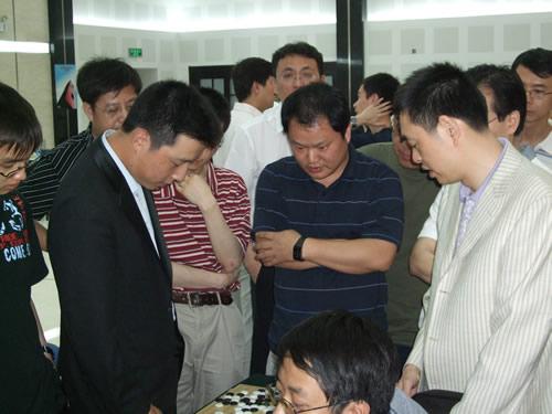 图文:富士通杯中国大捷 古力与马晓春探讨棋局
