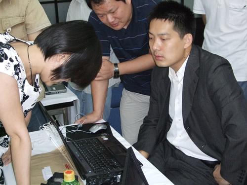 图文:富士通杯中国大捷 赛后张璇和常昊在探讨
