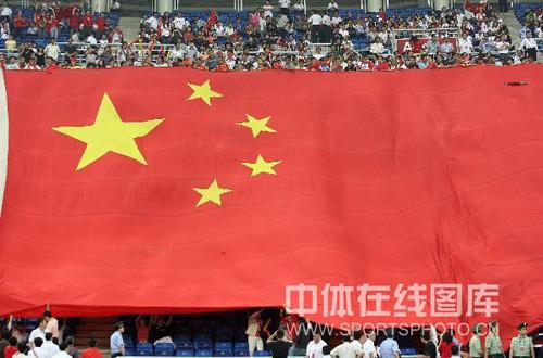 图文:国足VS卡塔尔 球迷高举巨幅国旗