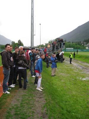 图文:[欧洲杯]西班牙训练 观众和媒体观看训练