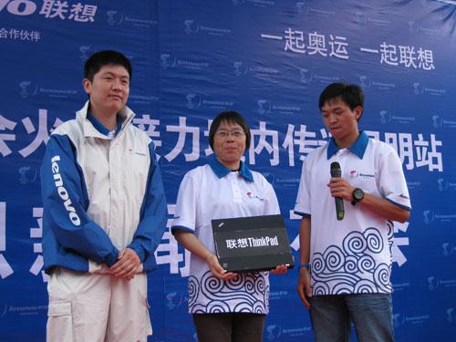 黄春贵和李响向张桂梅捐赠T61笔记本一台