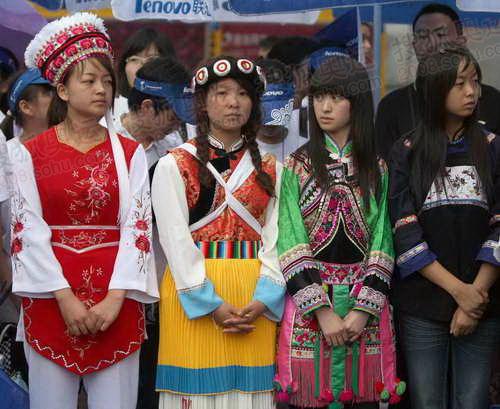身着少数民族服装的年轻人格外抢眼