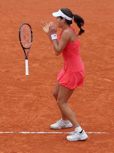 图文:伊万首夺法网女单冠军 扔掉球拍庆祝瞬间