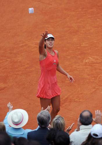 图文:伊万首夺法网女单冠军 护腕扔给球迷