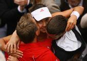 图文:伊万获法网女单冠军 接受教练和家人祝贺