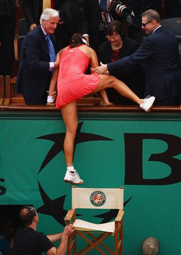 图文:伊万首夺法网女单冠军 跃上看台