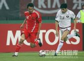 图文:国足0-1卡塔尔 郜林与对手拼抢