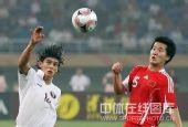 图文:国足0-1卡塔尔 黄博文和对手争顶