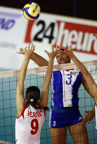 图文:古巴女排3-1塞尔维亚 古巴队员瞄准排球