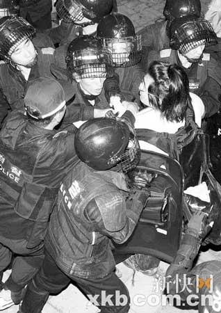 日,在韩国首都首尔,警察阻止一名抗议示威者前往总统府。 新华社发