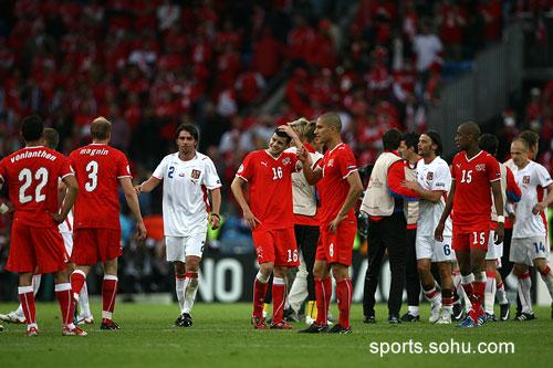 图文:2008欧洲杯瑞士0-1捷克 赛后双方握手