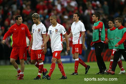 图文:2008欧洲杯瑞士0-1捷克 队员满脸失望