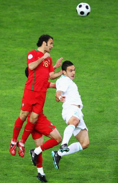 图文:欧洲杯葡萄牙VS土耳其 卡瓦略争顶头球