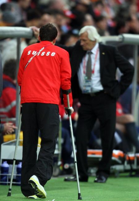图文:欧洲杯瑞士VS捷克 弗雷受伤架上双拐