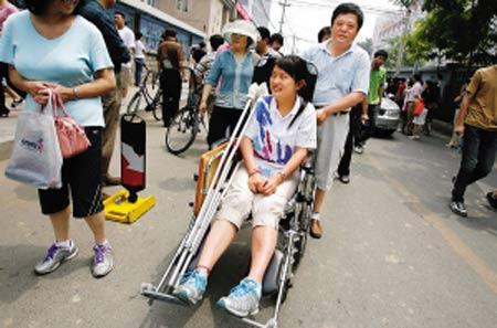 在北京交大附中,骨折考生坐轮椅进入考场。晨报记者 李木易/摄