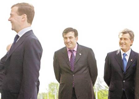 俄罗斯总统梅德韦杰夫(左)与格鲁吉亚总统萨卡什维利(中)、乌克兰总统尤先科6日会面。三人的微笑背后隐藏着深刻的矛盾。