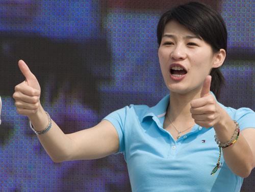 前跳水冠军李娜为大家演示文明加油的口号和手势