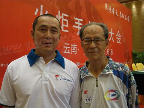 父子火炬手张宁(左)和张重伦接受采访