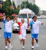 图文:奥运圣火在广西百色传递 手拉手传递火炬