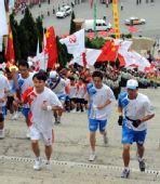图文:奥运圣火在广西百色传递 王军传递中